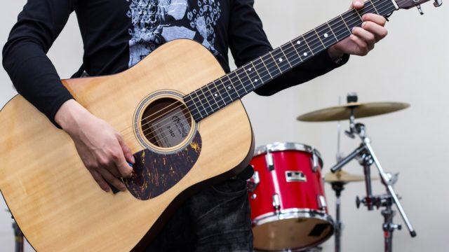アコースティックギターを弾く人